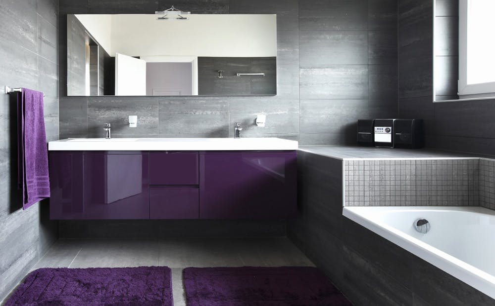 Badkamer verven in plaats van het opnieuw betegelen schilder